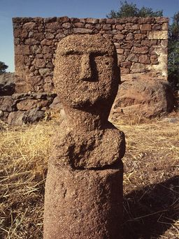 The stone head in front of the stone house, near which it was discovered. (c) Tobias Schorr 1996
