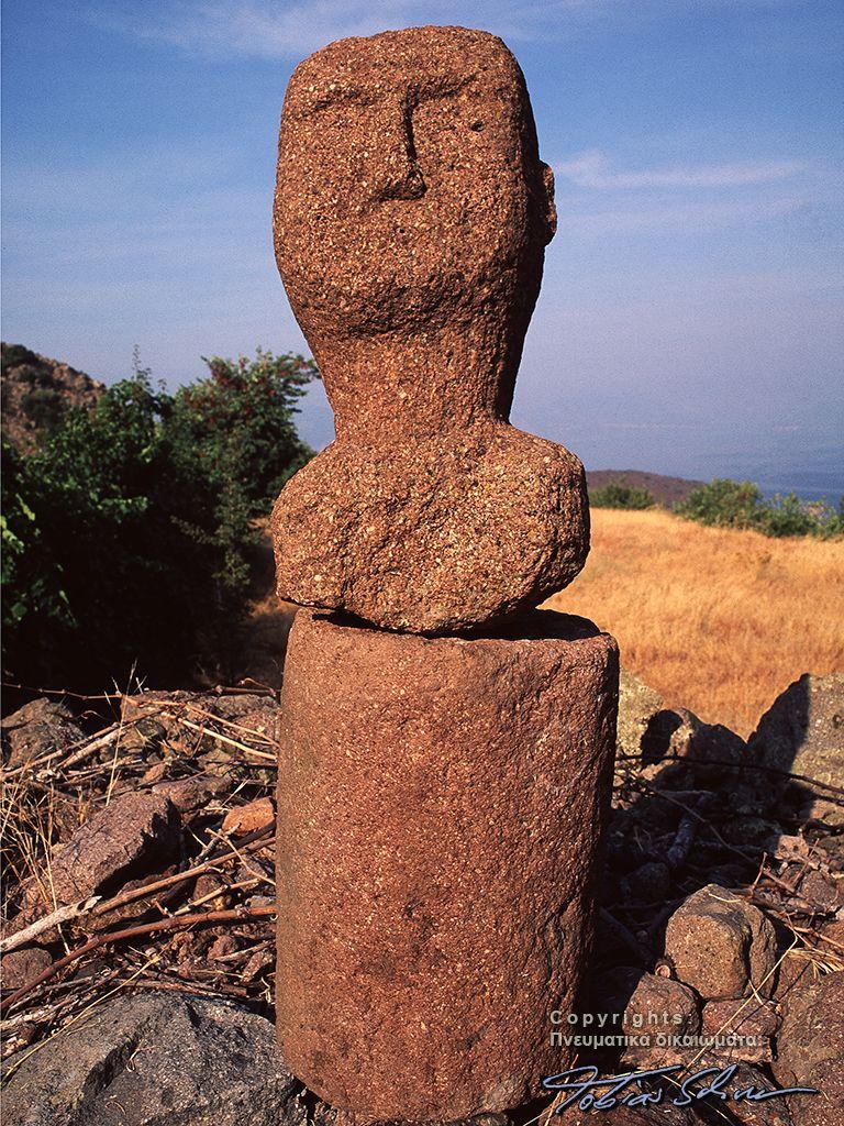 Η πέτρινη κεφαλή από τοπικό ηφαιστειακό βράχο (δακίτης) είναι κάτι ιδιαίτερο. Δεν έχει σημασία αν είναι αρχαία ή από τον 19ο αιώνα! (c) Tobias Schorr