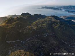 Εναέρια φωτογραφία από τον Προφήτη Ηλία προς τον νότο με θέα και της Χελώνας, του Σταυρολόγγου και όλων των άλλων ηφαιστειακών θολών. Ιούνι