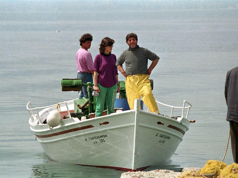 Takis, Sofia und Nikos kommen vom Fischen zurück. 1992 (c) TobiasSchorr@Methana.de