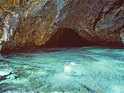 Auf dem Höhlensee schwimmen kleine Kalk- und Magnesiumkarbonatkristalle. (c) Tobias Schorr