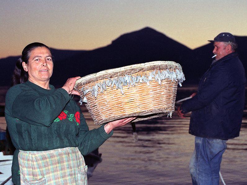 Theoni Kolias mit einem Korb Langleine. 1992 (c) TobiasSchorr@Methana.de
