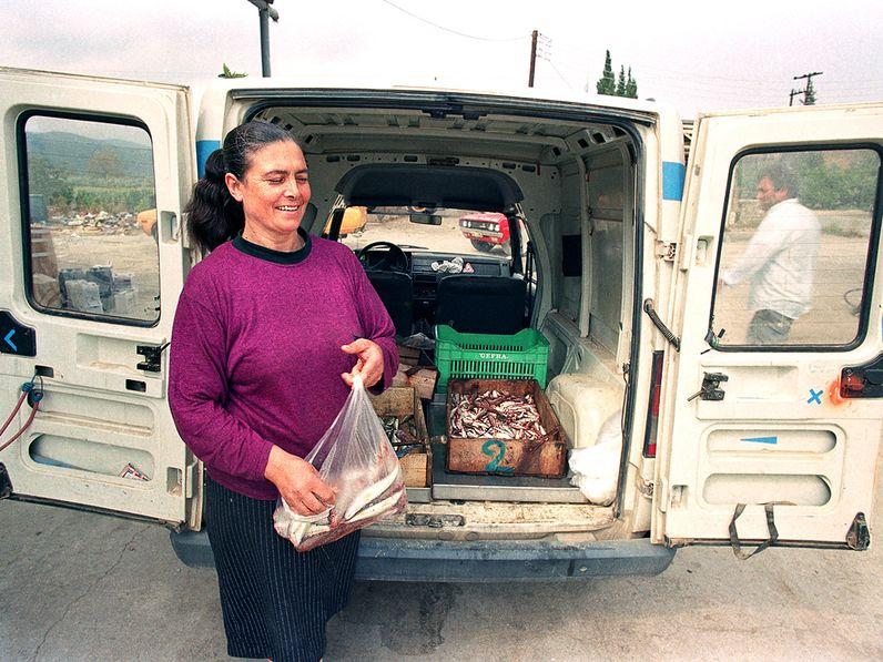 Mit Theoni Kolias und meinem kleinen Transporter fuhren wir über die Dörfer und verkauften frischen Fisch. 1991 (c) TobiasSchorr@Methana.de