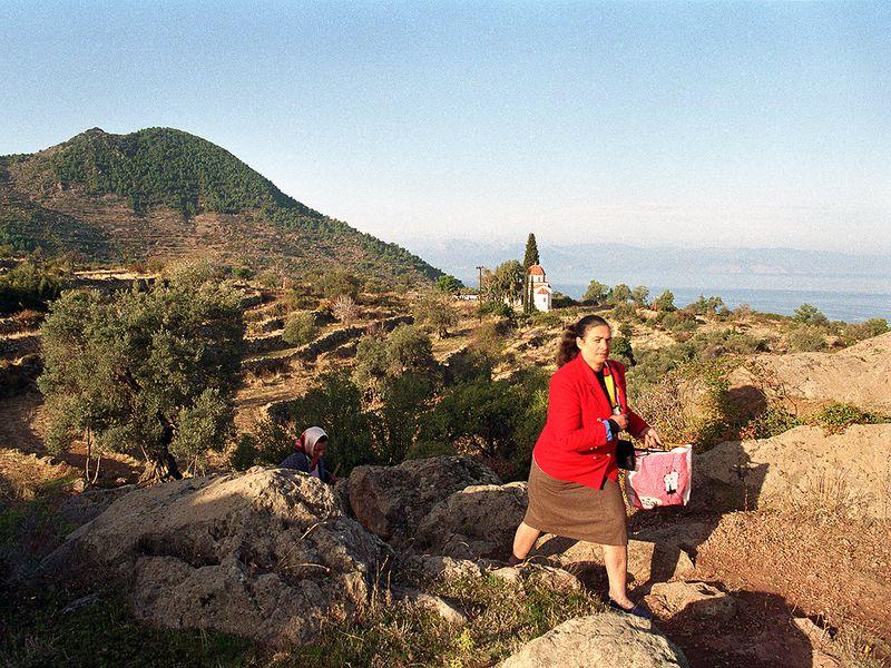 Theoni Kolias war eine fromme Kirchgängerin. Hier ist sie bei der Kirche Agia Barbara und auf dem Weg zur Kapelle Agios Dimitrios. (c) Tobias Schorr 1991
