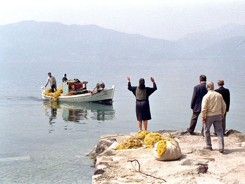 Wie eine mykenische Götterfigur grüßt Theoni Kolias vorbeifahrende Fischer. 1991 (c) TobiasSchorr@Methana.de