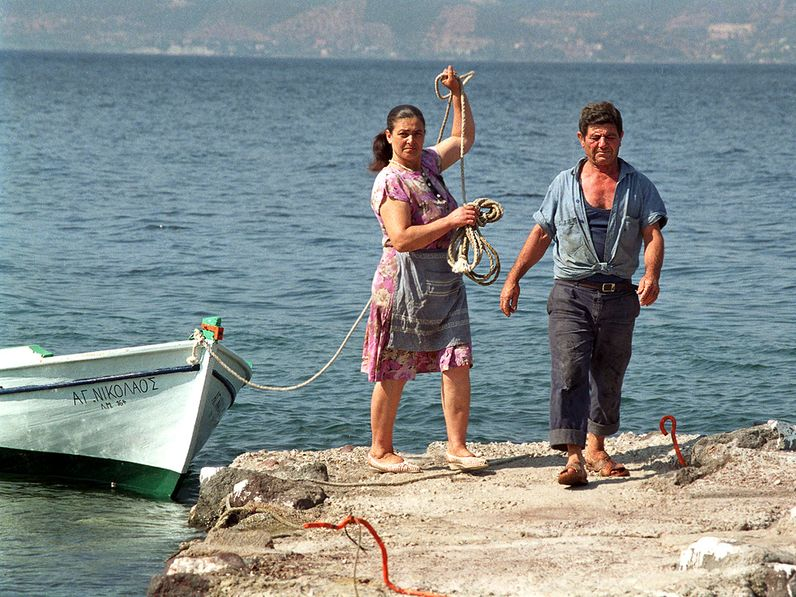 Theoni und ihr Mann Nikos kommen vom Fischen zurück. 1991 (c) TobiasSchorr@Methana.de