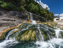 Heißer Wasserfall der Thermopylen