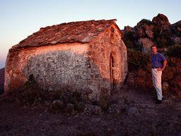 Der Macher dieser Seiten vor der Kapelle Agios Dimitrios. August 1990. (c) Tobias Schorr
