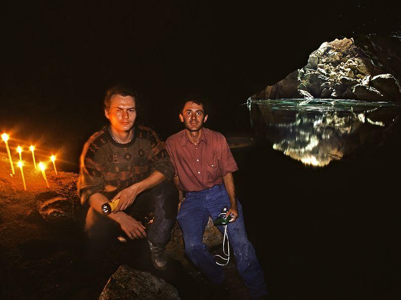Tobias Schorr und der Kartograf Dr. Lorenz Hurni in der Taubenhöhle. Oktober 1991