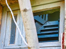 Blick auf eine Holztreppe im Hotel Aithra. (c) Tobias Schorr