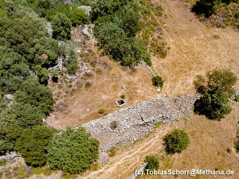 Luftbild der Mauer mit den antiken Resten und dahinter den Zisternen. (c) Tobias Schorr