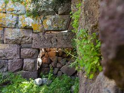 Eingangstor der antiken Akropolis von Methana