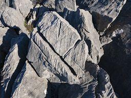 Der saure Regen löst Kalk auf und hinterlässt diese Karst-Struktur im Kalkgestein. (c) Tobias Schorr