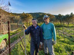 Am Ende der Wanderung traf ich auf Stavros Maltezou mit seinem Sohn Antonis. Sie pflegten gerade ihr Weinfeld. Den leckeren Wein kann man direkt bei ihnen in Methana kaufen. (c) Tobias Schorr 2009