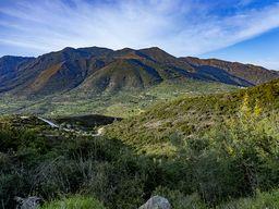 Zwischen dem Massiv der Vulkane und dem Kalkmassiv liegt die Throni-Ebene. (c) Tobias Schorr