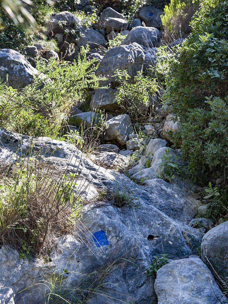 Die blaue Markierung auf Felsen sollte länger als die Holzpfähle halten. Heute kann man sie noch an manchen Stellen finden. (c) Tobias Schorr