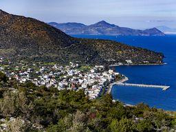 Sehr schön ist im Hintergrund die Vulkaninsel Ägina zu sehen. (c) Tobias Schorr