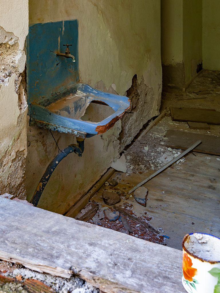 Ein uraltes Waschbecken aus Ton. (c) Tobias Schorr