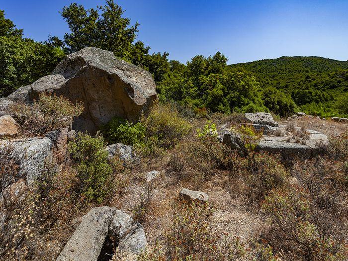 Η αρχαία στέρνα και το πατητήρι στην πεδιάδα Μακρύλογγος. (c) Tobias Schorr
